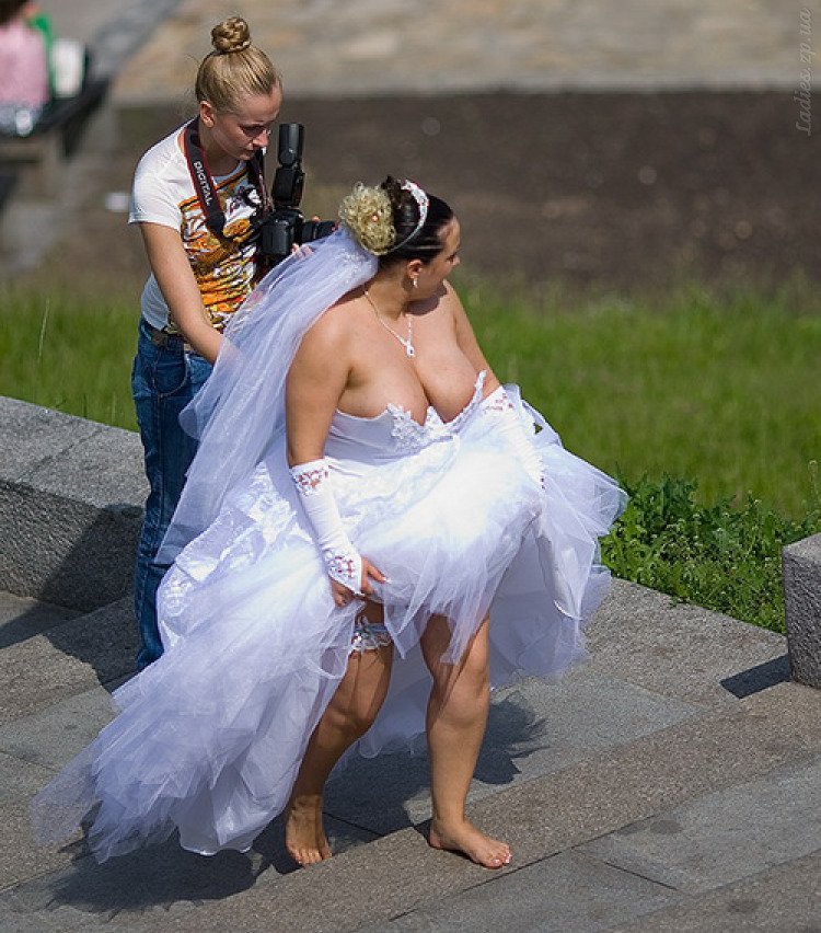 на свадьбе невеста без трусов фото